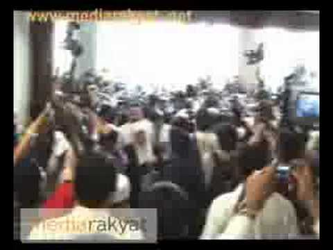 "(2008) Anwar Ibrahim ""Mobbed"" by The Journalists"