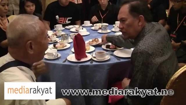 (Marc 2012) Very touching conversation between a senior citizen & DS Anwar Ibrahim