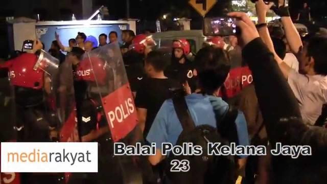 (Protes Bantah GST) Kekecohan Di Hadapan Balai Polis