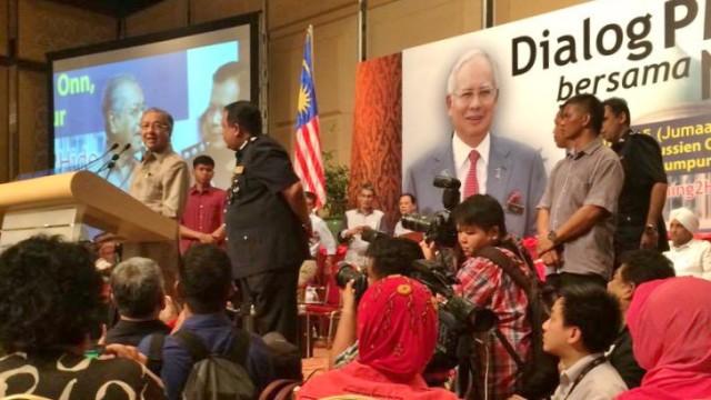 Polis halang Dr Mahathir bercakap, matikan mikrofon