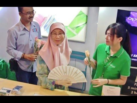 Bunga Ros & Mesej Keamanan Kepada Semua Etnik Di Plaza Low Yat Bukit Bintang